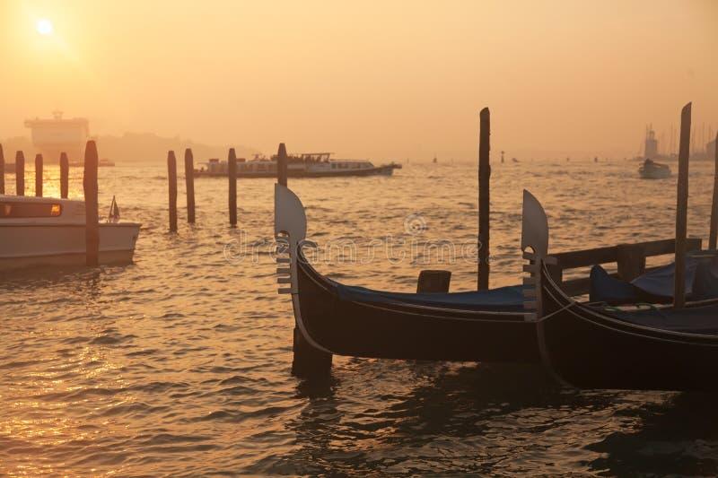 Venetiaanse gondels bij zonsopgang in Venetië stock foto