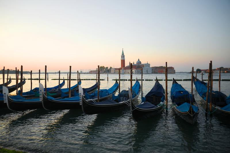 Venetiaanse gondels op de achtergrond van de baai van San Marco bij zonsopgang Venetië, Italië stock fotografie