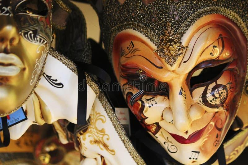 Venetiaanse maskers die voor verkoop in de box van de marktstraat hangen royalty-vrije stock foto