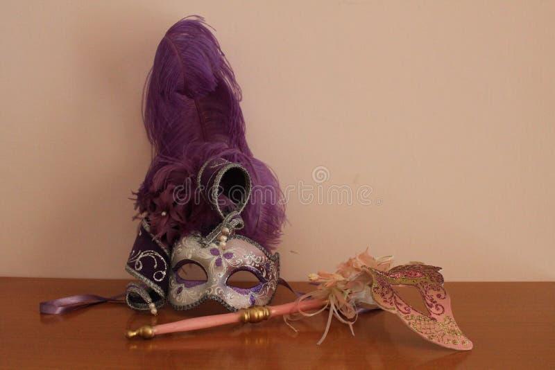 Venetiaanse maskers in roze tonen stock foto