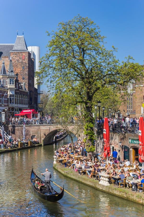 Venetian gondol i den historiska Oudegracht kanalen av Utrecht arkivbilder