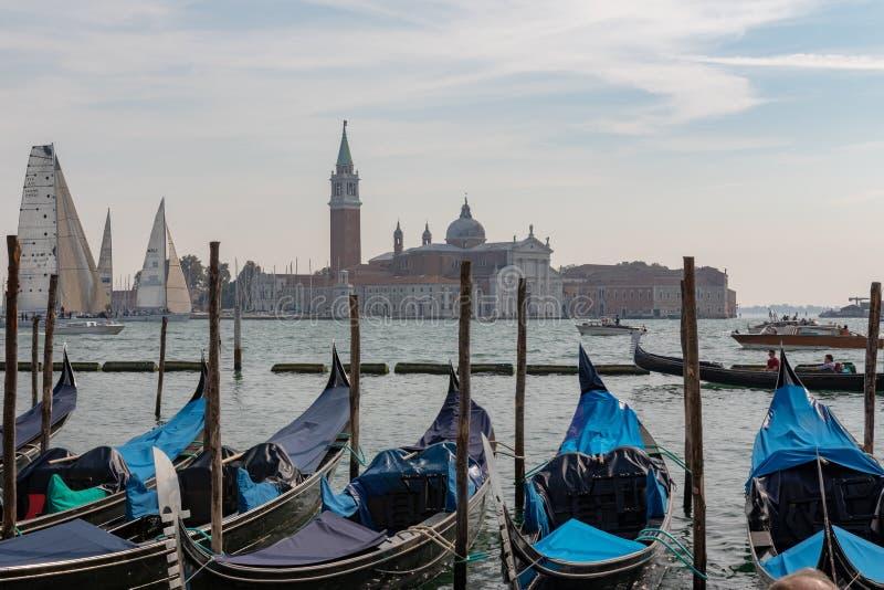 Venetian gondol med de gamla egenarna av Venedig, Italien royaltyfria bilder