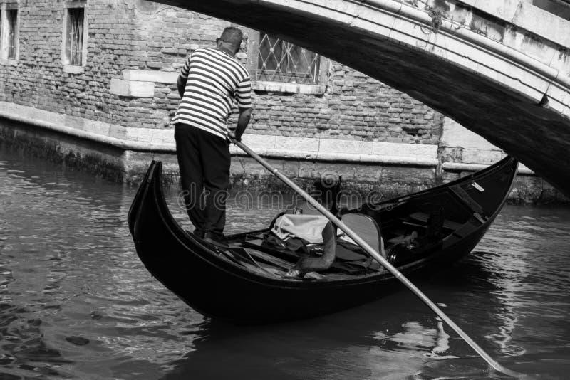 Venetian gondoljär med hans klienter royaltyfri bild