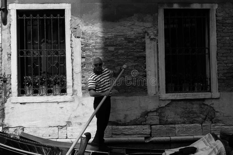 Venetian gondoljär, medan vänta i hans gondol royaltyfri fotografi