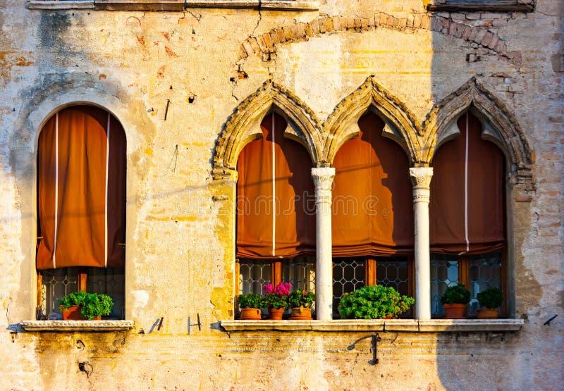 Venetian gotisk husdetalj i Portogruaro arkivfoto