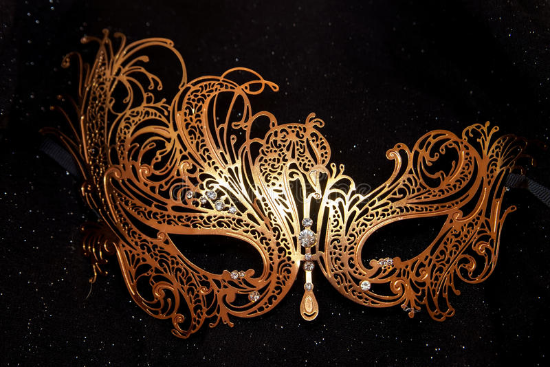 Venetian guld- maskering för italiensk karneval Mystisk händelse, parti royaltyfri foto
