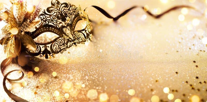 Venetian guld- maskering på skinande Defocused bakgrund arkivbild