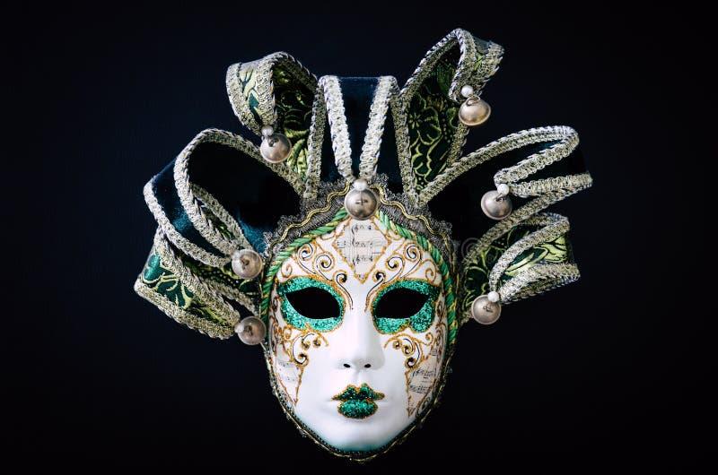 Venetian karnevalmaskering som isoleras på svart bakgrund Traditionell karneval i Venedig Den gröna och vita maskeringen med blän royaltyfri fotografi