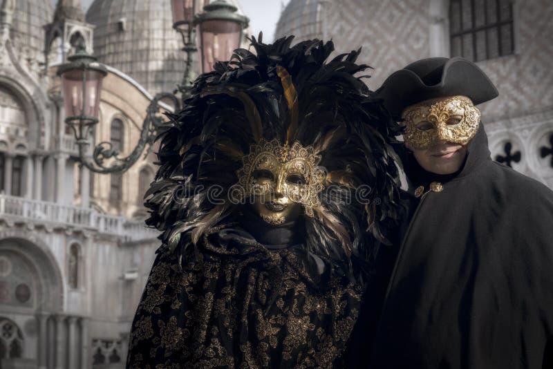 Venetian koppla ihop i svart och guld- dräkt royaltyfria bilder