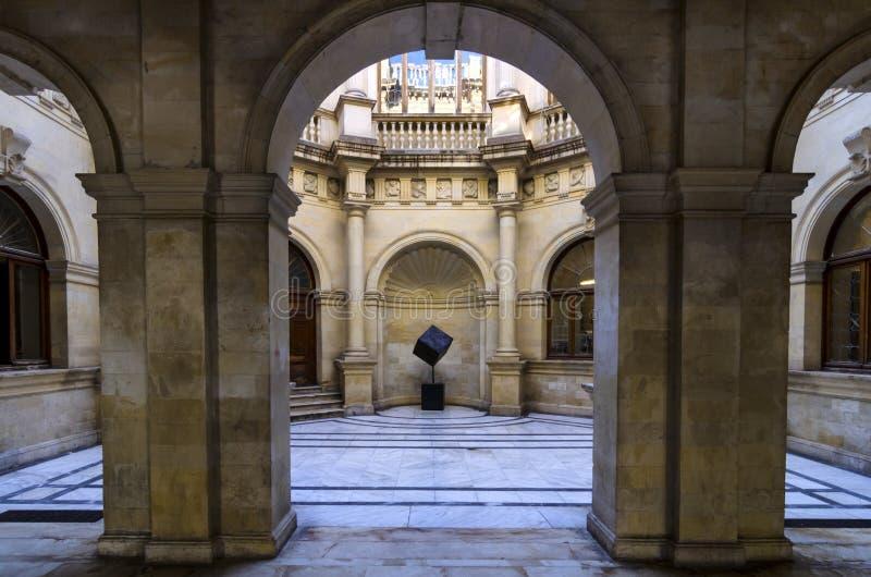 Venetian loggia Borggårds inre sikt till och med byggnadens bågar Heraklion stad - Kreta fotografering för bildbyråer