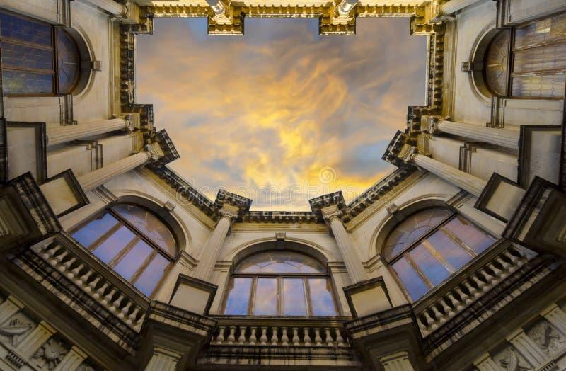 Venetian loggia som upp till ser hjärtförmaken från byggnadens borggård arkivfoto