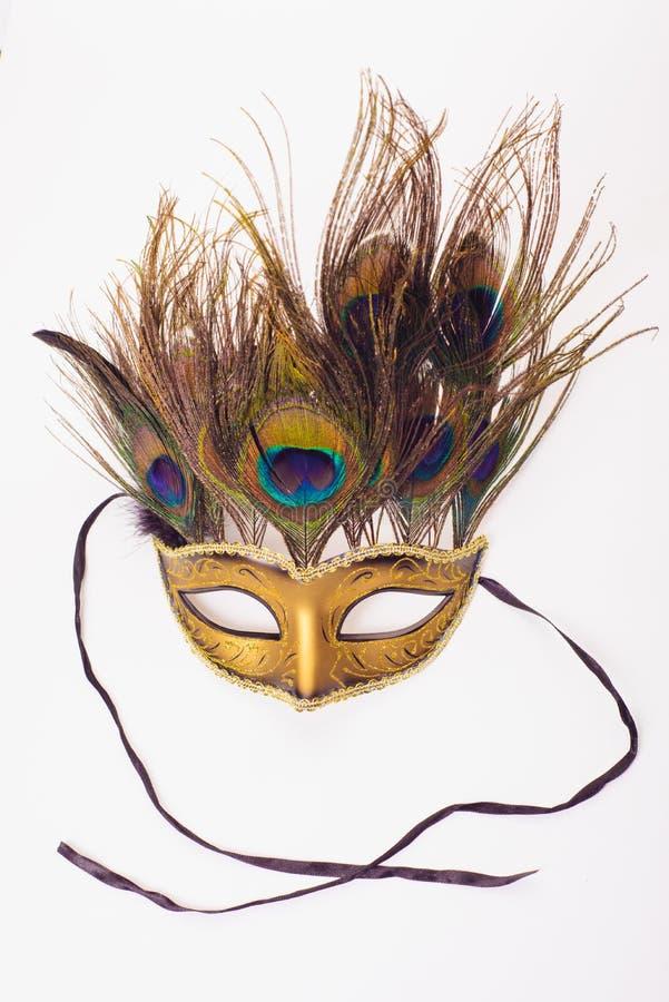 Venetian maskering för karneval med påfågelfjädrar som isoleras över vit med den snabba banan royaltyfria bilder