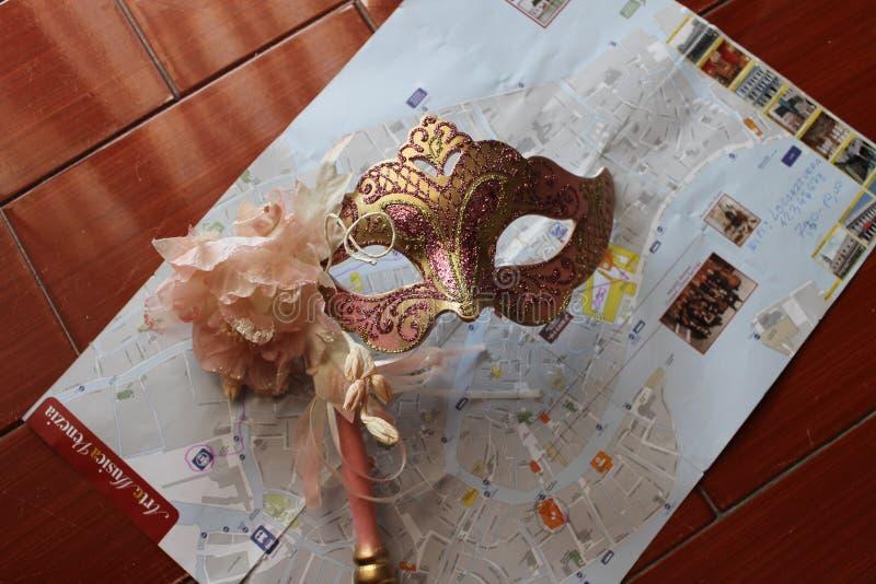 Venetian maskeringar i rosa signaler arkivfoto