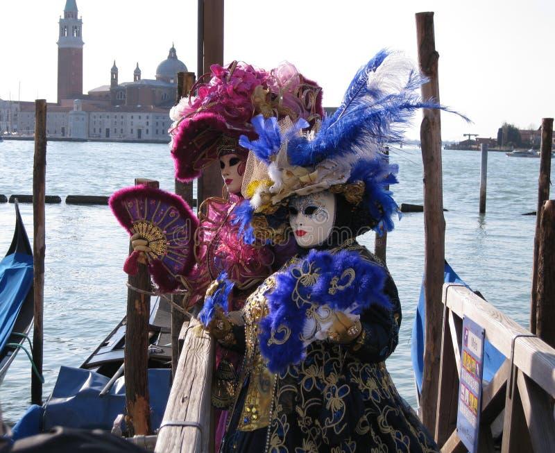 Venetian maskeringar på Carnevale di Venezia royaltyfri foto