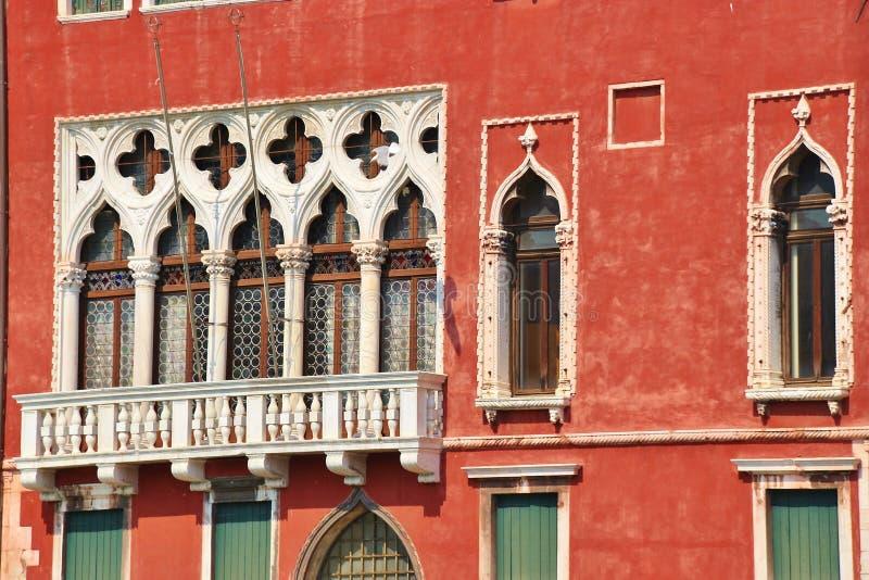 Venetian välvd fönster och balkong italy venice arkivbild