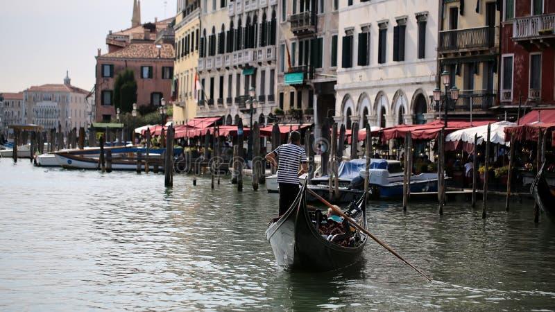 Venetian vattentransportgondol royaltyfria bilder
