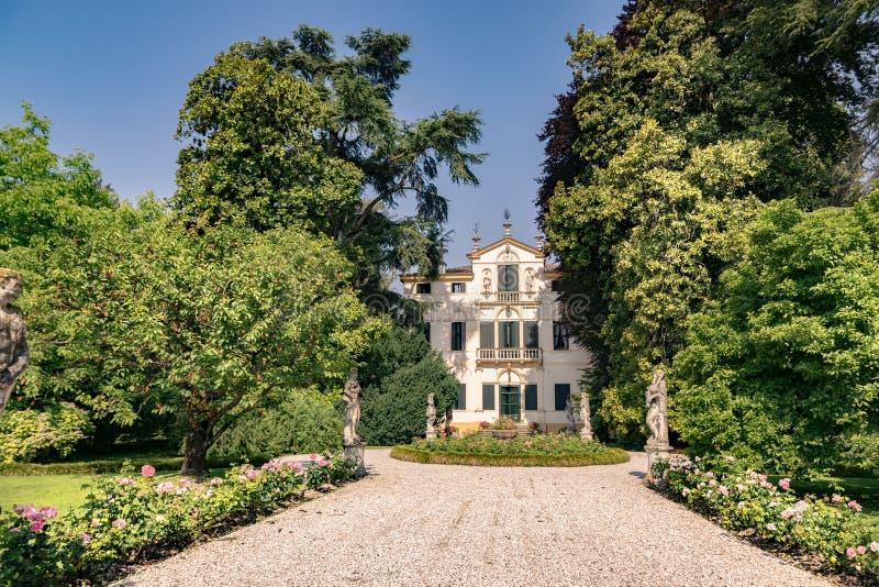 Venetian villa för typisk århundrade för th som 18 omges av en Itali royaltyfri fotografi