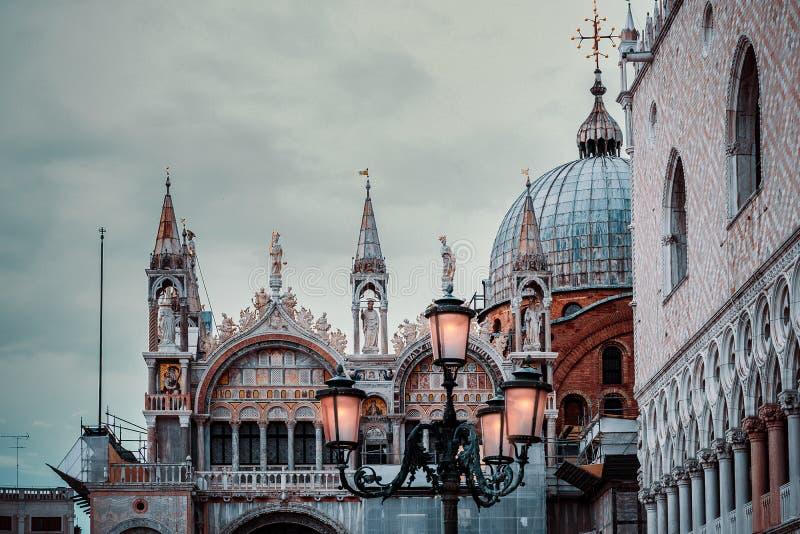 Venetianische Architektur im romantischen Licht stockfotografie