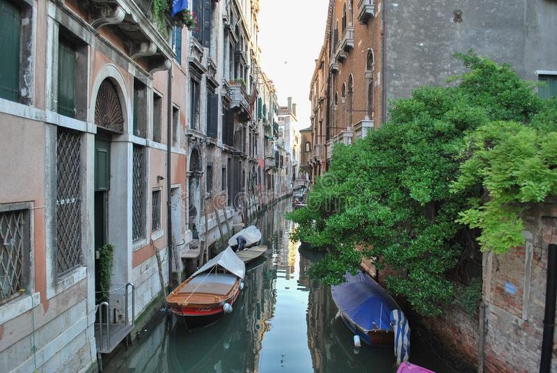 Venetianische Flussstraße mit Booten lizenzfreie stockbilder