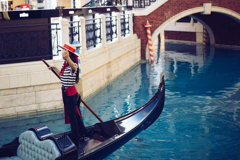 Venetianische Gondel auf Kanal in Macao, China stockfotos