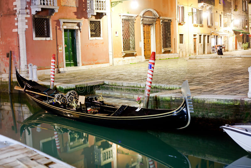 Venetianische Gondel nachts lizenzfreie stockbilder
