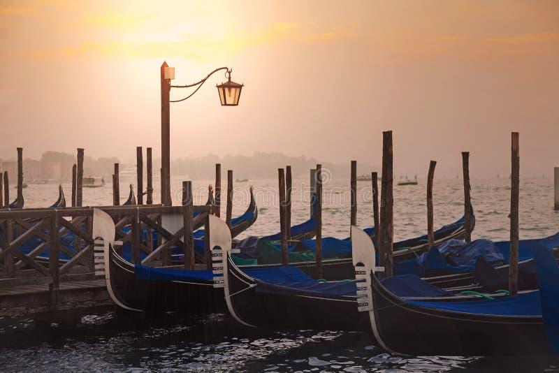 Venetianische Gondeln bei Sonnenaufgang in Venedig stockfotografie