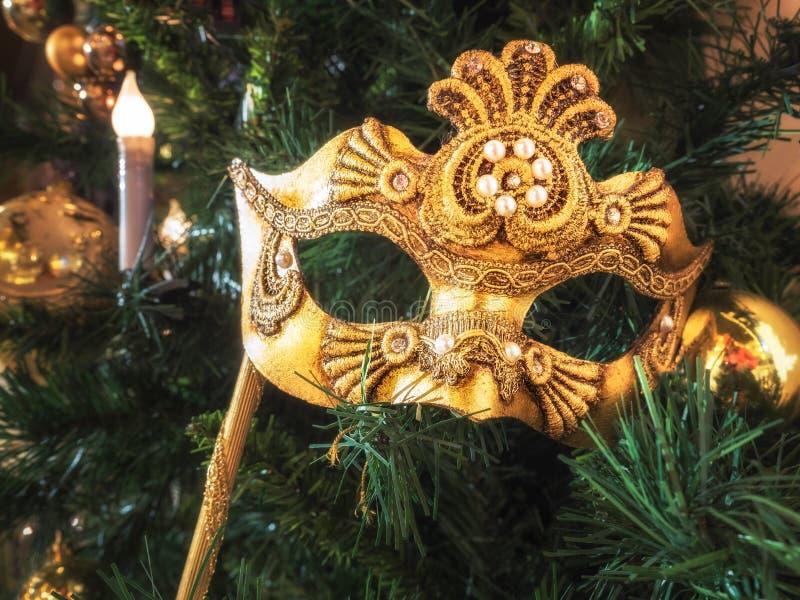 Venetianische Karnevalsmaske auf Weihnachtsbaum Weihnachten- und neues Jahr ` s Hintergrund Weihnachtsbaum, Ball, Kerze, Maske lizenzfreie stockfotografie