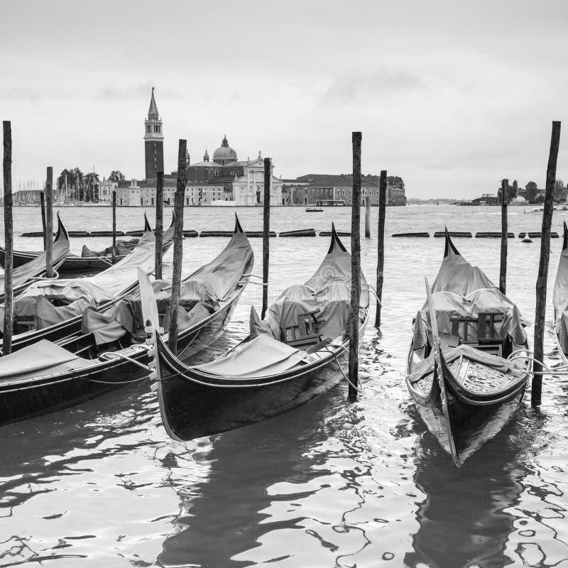 Venetianische Lagune mit festgemachten Gondeln lizenzfreie stockfotos