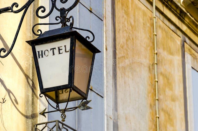 Venetianische Laternenschmiedeeisen-Straßenlaterne mit Hotelzeichen lizenzfreie stockfotografie