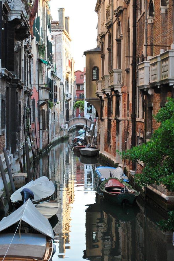 Venetianische Straße mit Booten stockbild