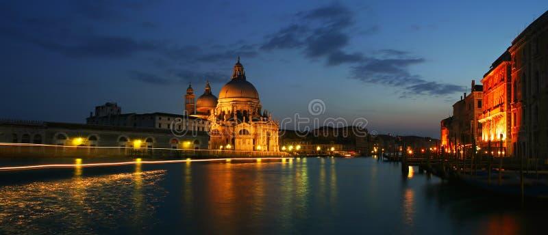 Venetianischer großartiger Kanal nachts. stockfoto