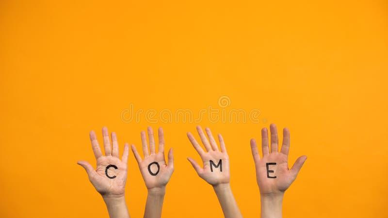 Venez écrire des palmiers sur fond d'orange, des mains militantes, une présentation de projet image libre de droits