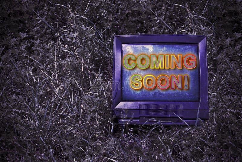 Venez bientôt concept écrit sur un écran d'une vieille cathode de tube images libres de droits