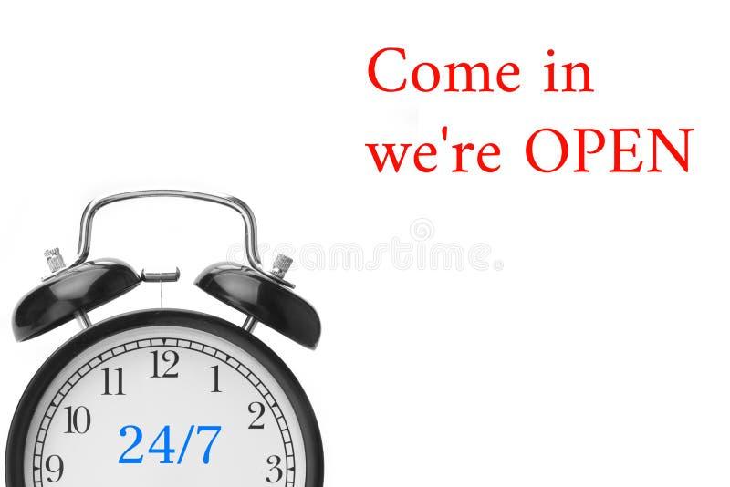 Venez dans nous sommes OUVERTS signons en rouge et blanc, sur la porte de magasin images stock