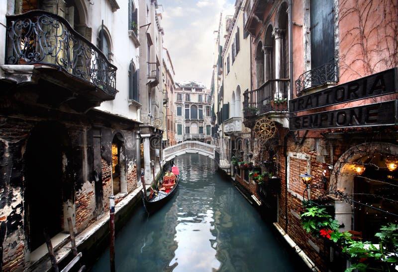 Veneza - canal e uma ponte fotografia de stock