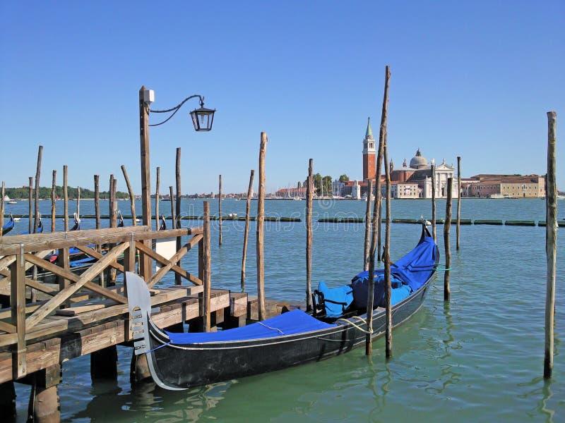 Veneza com gôndola e o canal principal, com quadrado de San Marco no fundo, e doca fotos de stock royalty free
