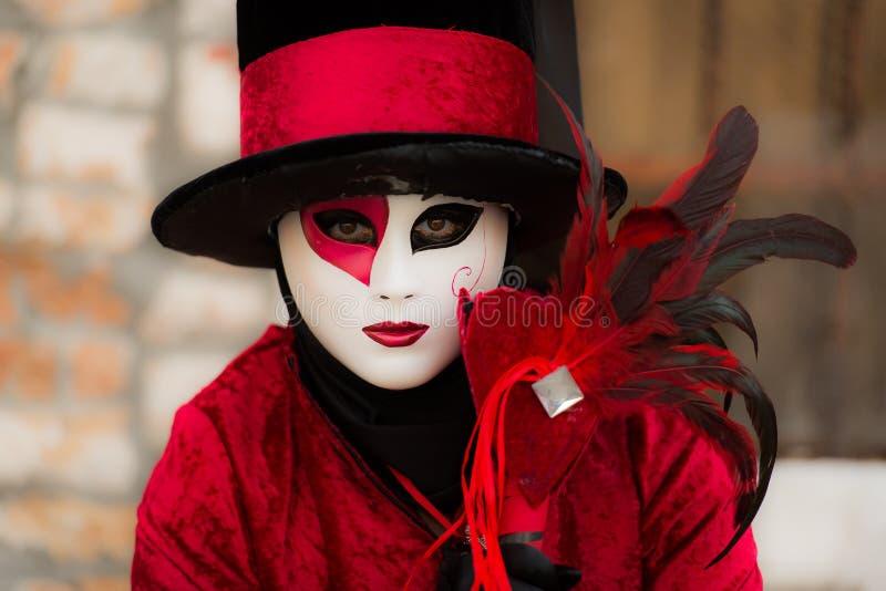 Veneza - 6 de fevereiro de 2016: Máscara colorida do carnaval através das ruas de Veneza imagens de stock royalty free