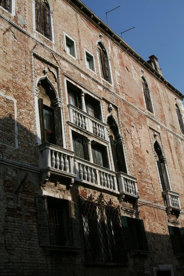 Veneza, fachada da construção de tijolo, com janelas mouros e os balcões de mármore brancos fotografia de stock