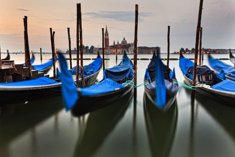 Veneza Front Gondolas Rise Marco foto de stock royalty free