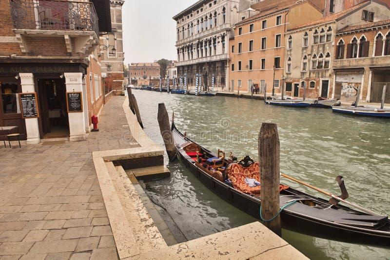 Veneza, gôndola no canal Itália grandioso imagem de stock