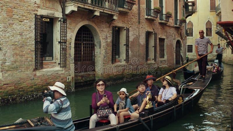 VENEZA, ITÁLIA - 8 DE AGOSTO DE 2017 Família asiática que toma um passeio em uma gôndola Venetian famosa fotos de stock