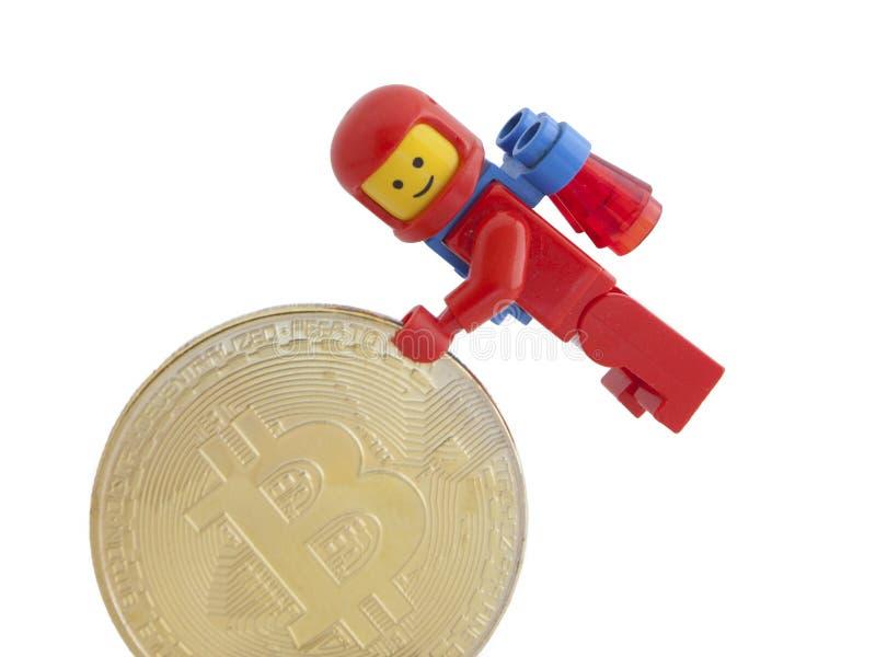 Veneza, Itália - 7 de janeiro de 2018: Um astronauta como a figura de Lego que está ao lado de Bitcoin inventa, o 7 de janeiro de fotos de stock royalty free