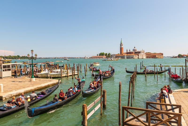 VENEZA, ITÁLIA - 4 DE JULHO DE 2018: Vista bonita de gôndola tradicionais perto de San Marco com Basílica histórica di Santa fotografia de stock royalty free