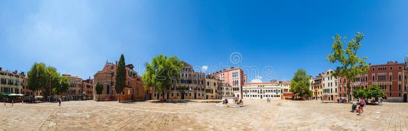 VENEZA, ITÁLIA - 15 DE JUNHO DE 2016: o panorama do quadrado Venetian chamou o polo de Campo San foto de stock