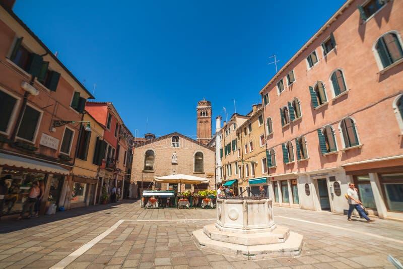 VENEZA, ITÁLIA - 15 de junho de 2016 um campo quadrado Venetian típico San Toma fotografia de stock royalty free