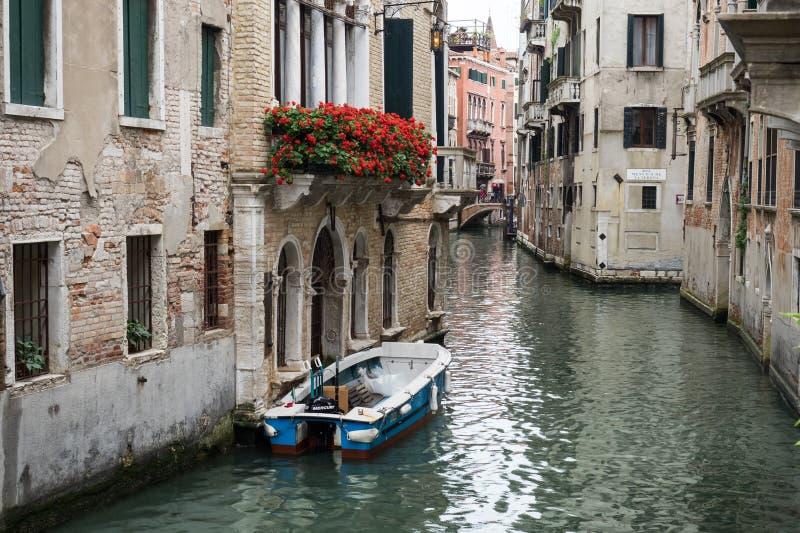 Veneza, Itália - 22 de maio de 2105: Vista de um canal lateral e de um buildi velho fotografia de stock