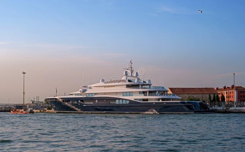 Veneza, Itália - 8 de maio de 2018: O iate mega de Corinthia VII Um do motor o maior yachts no mundo, ele é possuído perto fotografia de stock royalty free
