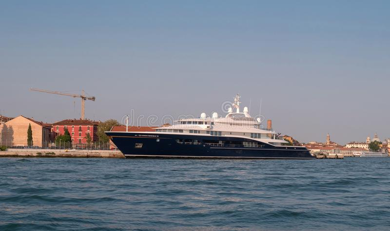 Veneza, Itália - 8 de maio de 2018: O iate mega de Corinthia VII Um do motor o maior yachts no mundo, ele é possuído perto imagem de stock