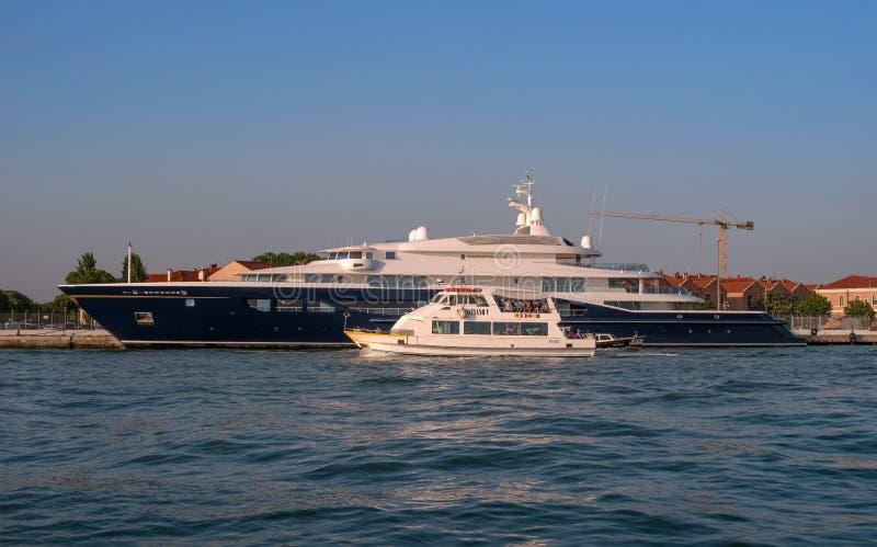 Veneza, Itália - 8 de maio de 2018: O iate mega de Corinthia VII Um do motor o maior yachts no mundo, ele é possuído perto fotografia de stock