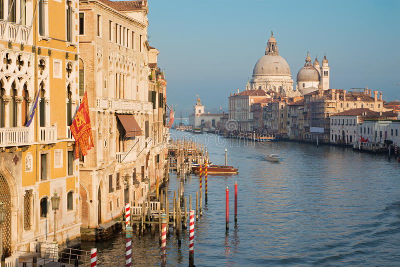 VENEZA, ITÁLIA - 14 DE MARÇO DE 2014: Canal grandioso na luz da noite de Ponte Accademia imagem de stock royalty free